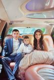 Jonge mooie Kaukasische paarbruid en bruidegom met zoon in de auto royalty-vrije stock foto's