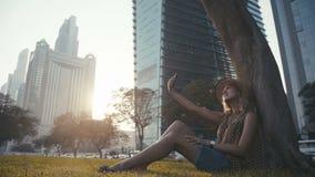Jonge mooie Kaukasische vrouwelijke toerist die een selfie in de stad nemen stock video