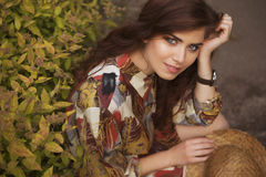 Jonge mooie Kaukasische witte donkerbruine vrouw met krullende hairst Royalty-vrije Stock Foto's