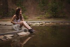 Jonge mooie Kaukasische witte donkerbruine vrouw met krullende hairst Stock Fotografie