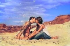 Jonge mooie meisje en kerel in liefde in openlucht Royalty-vrije Stock Afbeeldingen