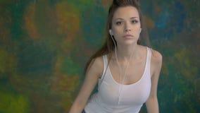 Jonge mooie meisje het dansen moderne dans Zeer aardige bewegingen stock video