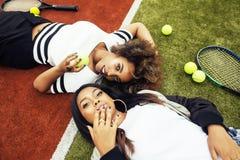 Jonge mooie meisjes die op tennisbaan, manierstylis hangen Royalty-vrije Stock Foto's