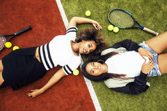 Jonge mooie meisjes die op tennisbaan, manierstylis hangen Stock Fotografie