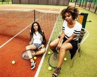 Jonge mooie meisjes die op tennisbaan, manierstylis hangen Stock Afbeeldingen