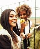 Jonge mooie meisjes die op tennisbaan, manierstylis hangen Royalty-vrije Stock Afbeeldingen