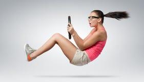 Jonge mooie meisjesbestuurder in glazen met een wiel, autoconcept Stock Afbeeldingen
