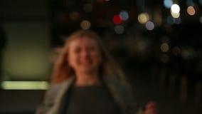 Jonge mooie meisjeslooppas vanaf de camera binnen stock video