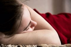 Jonge mooie meisjesslaap in de woonkamer royalty-vrije stock afbeelding