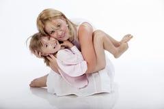 Jonge mooie moeder die haar dochter houdt Royalty-vrije Stock Afbeelding