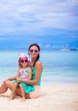 Jonge mooie moeder en haar weinig dochter Stock Foto's