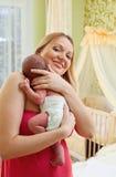 Jonge mooie moeder en pasgeboren babyjongen Royalty-vrije Stock Foto's