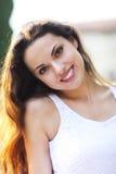 Jonge mooie natuurlijke donkerbruine vrouw bij het portret van de de zomerzonsondergang Royalty-vrije Stock Foto