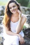 Jonge mooie natuurlijke donkerbruine vrouw bij het portret van de de zomerzonsondergang Royalty-vrije Stock Afbeeldingen