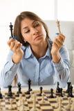 Jonge Mooie Onderneemster With Chess Pieces Stock Fotografie