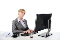 Jonge mooie onderneemster in het bureau. Royalty-vrije Stock Afbeelding