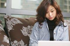 Jonge mooie PC van het meisjesgebruik Stock Fotografie