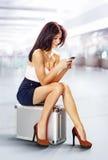 Reiziger in luchthaven met telefoon Stock Foto's