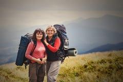 Jonge mooie reizigers met een rugzak die zich bovenop bevinden Stock Fotografie