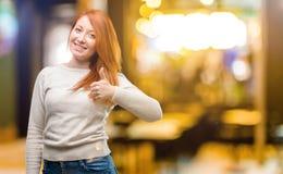 Jonge mooie roodharigevrouw over nachtachtergrond royalty-vrije stock afbeelding