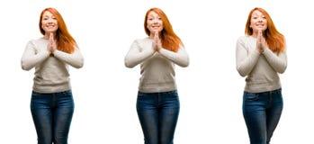Jonge mooie roodharigevrouw over witte achtergrond stock foto's