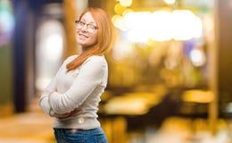 Jonge mooie roodharigevrouw over witte achtergrond royalty-vrije stock afbeelding