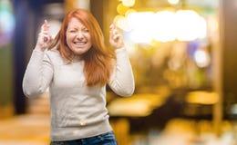 Jonge mooie roodharigevrouw over witte achtergrond stock afbeeldingen