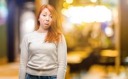 Jonge mooie roodharigevrouw over witte achtergrond stock fotografie