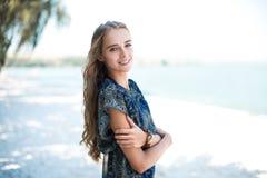 Jonge mooie sexy blondevrouw die het elegante kleding stellen dragen die zich op strand bevinden Stock Afbeelding
