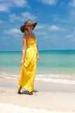 Jonge mooie sexy blondevrouw die zich op strand bevinden Stock Foto's