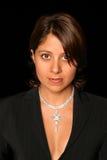 Jonge mooie smartly geklede vrouw met diamanthalsband. Stock Afbeeldingen