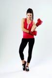 Jonge mooie sportenvrouw die zich met bokshandschoenen bevinden Stock Fotografie