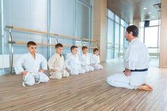 Jonge, mooie, succesvolle multi ethische jonge geitjes in karatepositie Royalty-vrije Stock Fotografie