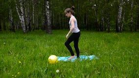Jonge mooie tienermeisje het praktizeren geschiktheid die, in park in de zomerdag in openlucht uitoefenen HD het schieten van sta stock video