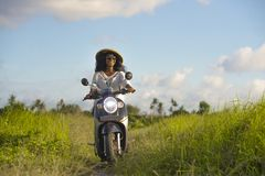 Jonge mooie toerist of nomade Amerikaanse de vrouwen berijdende motor van reizigers zwarte afro op tropisch gebied die traditione royalty-vrije stock fotografie