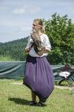 Jonge mooie Valkenier met zijn die valk, voor valkerij wordt gebruikt, Stock Foto