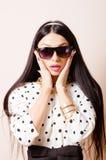 Jonge mooie verbaasde pinup donkerbruine vrouw met Royalty-vrije Stock Afbeeldingen