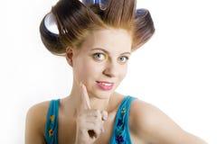 Jonge mooie verraste vrouw met haarkrulspelden Stock Fotografie