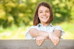 Jonge mooie vrolijke vrouw Stock Foto's