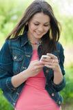 Jonge Mooie vrouw & digitaal apparaat in openlucht stock afbeelding