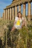 Jonge mooie vrouw in antieke stad stock afbeelding