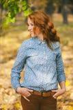 Jonge mooie vrouw bij de herfstbladeren en pari van de dalings het gele esdoorn Royalty-vrije Stock Fotografie