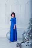 Jonge mooie vrouw in blauwe elegante avondjurk Stock Foto