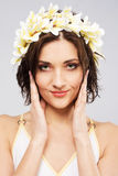 Jonge mooie vrouw in bloemkroon stock afbeelding