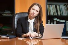Jonge mooie vrouw in bureau Royalty-vrije Stock Foto