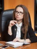 Jonge mooie vrouw in bureau Stock Afbeeldingen