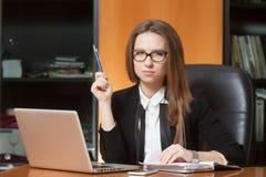 Jonge mooie vrouw in bureau Royalty-vrije Stock Afbeelding