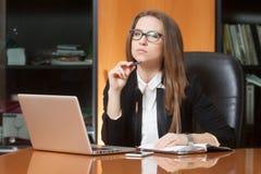 Jonge mooie vrouw in bureau Stock Foto's