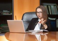 Jonge mooie vrouw in bureau Stock Fotografie