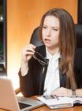 Jonge mooie vrouw in bureau Royalty-vrije Stock Foto's